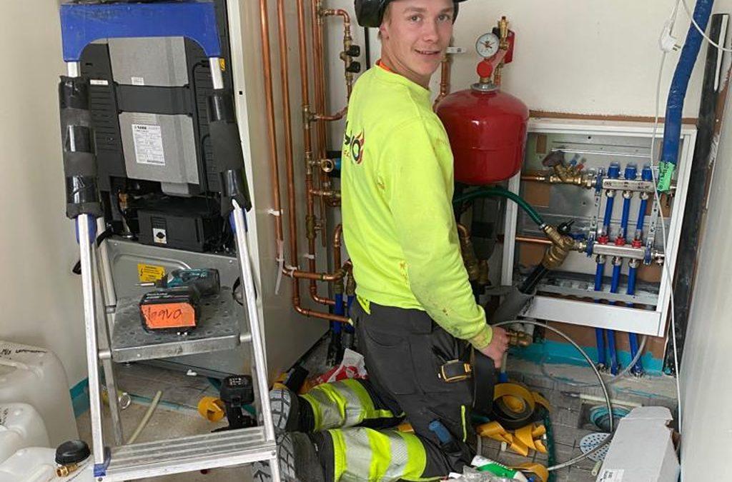 LVI Klaavon reipas asentaja töissä Rakennuspalvelu T&T Oy:n rakennuskohteessa.