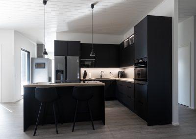 Kaunis musta keittiö upealla valastuksella, toteutus Rakennuspalvelu T&T Oulun seudulla.