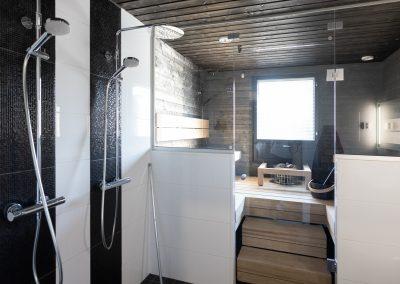 Näyttävä sauna ja suihkutila, jonka on toteuttanut Rakennuspalvelu T&T Oulun seudulla.