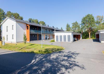 Rivitalo ja autokatos, toteutus Rakennuspalvelu T&T Oulun seudulle.