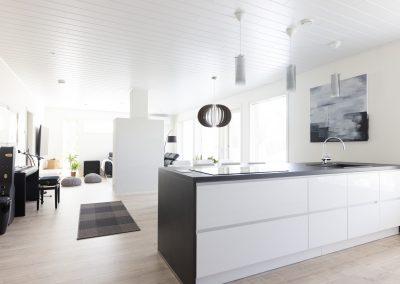 Avoin oleskelutila ja keittiö, toteuttaa Rakennuspalvelu T&T Oulun seudulla.