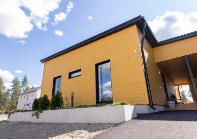 Kaunis asunto niin kesäksi kuin talveksi, rakennuttanut Rakennuspalvelu T&T Oulun seudulla.