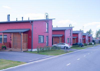 Kauniit punaiset asunnot toteuttanut Rakennuspalvelu T&T Oulun seudulla.